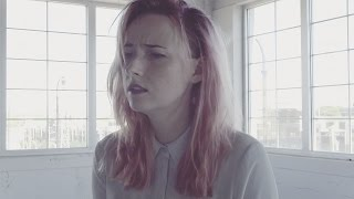 Tessa Violet – On My Own (clip et paroles)