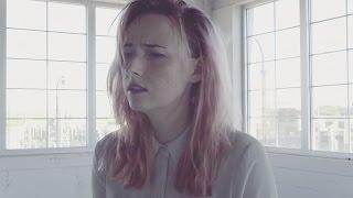 Tessa Violet – On My Own (clip et paroles)